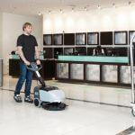 Lavadora de pisos compacta SC 351 em uso em um hotel