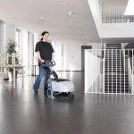 lavadora de pisos compacta SC 351 em uso para a limpeza de grande locais