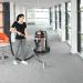 Extratora de carpetes CAR275 aspirando e extraindo líquidos de carpete sob limpeza